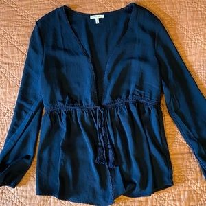 Beautiful NWOT tie front blouse navy